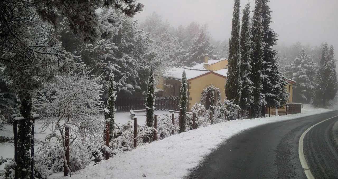 casale esterno con la neve
